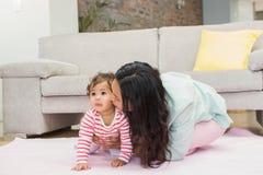 дочь младенца счастливая ее мать Стоковые Изображения RF