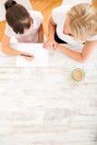 дочь помогая ее мати домашней работы Стоковые Фотографии RF