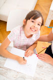дочь помогая ее мати домашней работы Стоковое Изображение