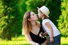 дочь целует мать Стоковое Изображение RF