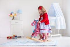 лошадь девушки меньшяя игрушка riding Стоковое Изображение RF