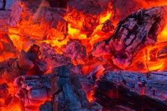 Ошпаривающ горячие тлеющие угли излучайте оранжевое зарево Стоковое Изображение RF