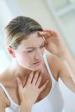 ощупывание предпосылки изолированное над больной белой женщиной стоковое фото rf