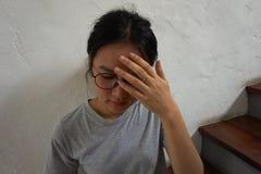 ощупывание предпосылки изолированное над больной белой женщиной стоковое изображение