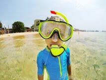 Оягнитесь в костюме заплывания snorkeling в Индийском океане стоковые фото