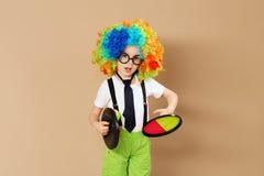 Оягнитесь в парике и eyeglasses клоуна играя центр событий задвижки Стоковая Фотография RF