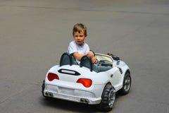 Оягнитесь в парке ехать автомобиль игрушки стоковое изображение