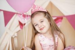 Оягнитесь девушка нося розовую крону празднуя ее день рождения Стоковое фото RF