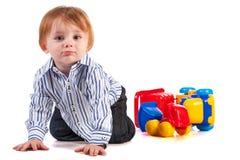 Оягнитесь играть при игрушка автомобиля изолированная на белизне Стоковое Изображение