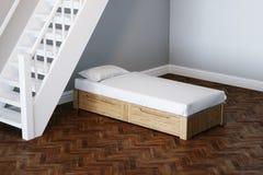 Оягнитесь идея проекта кровати в новой комнате ребенка под деревянными лестницами 3d Стоковое Изображение RF