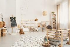 Оягнитесь интерьер с плюшевым медвежонком на поле, классн классный комнаты ` s, Стоковое Изображение