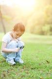 Оягнитесь исследуя природа с стеклом увеличителя на outdoors стоковые фотографии rf