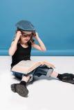 Оягнитесь книга чтения девушки пока сидящ на поле Стоковое Изображение RF