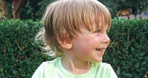 Оягнитесь мальчик имея потеху для того чтобы сыграть на спортивной площадке детей акции видеоматериалы