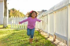 Оягнитесь малыш девушки играя бежать в парке внешнем Стоковая Фотография