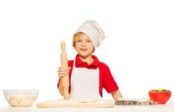 Оягнитесь мальчик в печеньях выпечки рисбермы и toque Стоковые Фотографии RF