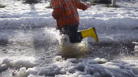 Оягнитесь ноги бежать на заводи весны с плавя льдом акции видеоматериалы