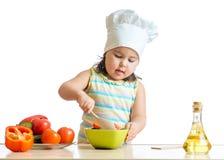Оягнитесь порция девушки на кухне с делать салата Стоковое фото RF