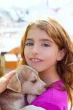 Оягнитесь собака щенка девушки усмехаясь и расчалки зубов Стоковая Фотография RF