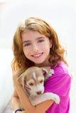 Оягнитесь собака щенка девушки усмехаясь и расчалки зубов Стоковое Изображение RF