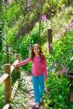 Оягнитесь след девушки весной в лесе Cuenca Испании Стоковые Фотографии RF