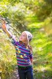 Оягнитесь ягоды шелковицы рудоразборки девушки зимы в лесе Стоковое Фото