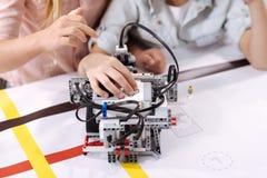 Одаренные ребеята используя робот на школе Стоковое фото RF