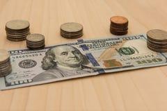 100 долларовая банкнота & монеток Стоковое Фото