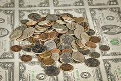 2 долларовой банкноты с некоторым изменение дальше Стоковая Фотография