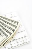 100 долларовые банкноты и клавиатур против белой предпосылки Стоковое Изображение RF