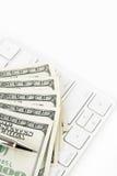 100 долларовые банкноты и клавиатур против белой предпосылки Стоковые Изображения