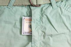 100 долларовых банкнот внутри брюк зеленого цвета гульфика Стоковая Фотография RF