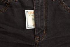 100 долларовых банкнот внутри джинсов черноты гульфика Стоковая Фотография