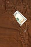100 долларовых банкнот внутри передних карманных джинсов Стоковая Фотография RF