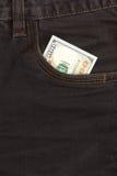 100 долларовых банкнот внутри передних карманных джинсов Стоковые Фотографии RF