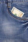 100 долларовых банкнот внутри передних карманных джинсов Стоковые Изображения