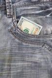 100 долларовых банкнот внутри передних карманных джинсов Стоковая Фотография