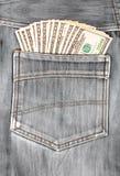 100 долларовых банкнот вставляя в заднем карманн джинсовой ткани Стоковые Фото