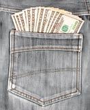 100 долларовых банкнот вставляя в заднем карманн джинсов Стоковое фото RF