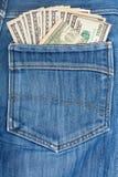 100 долларовых банкнот вставляя в заднем карманн Стоковые Фото