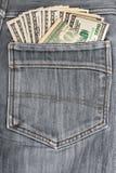 100 долларовых банкнот вставляя в заднем карманн Стоковые Фотографии RF