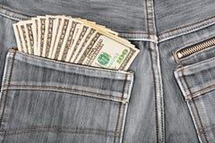 100 долларовых банкнот вставляя в заднем карманн Стоковые Изображения RF