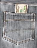 100 долларовых банкнот вставляя в заднем карманн Стоковое фото RF