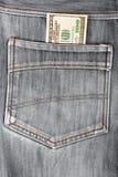 100 долларовых банкнот вставляя в задних карманных джинсах Стоковое Фото