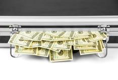 100 долларовых банкнот вставляя из чемодана Стоковые Фото