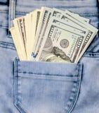 100 долларовых банкнот в карманных джинсах Стоковые Фото