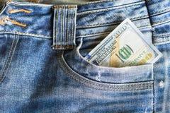 100 долларовых банкнот в карманн джинсов Стоковое Фото