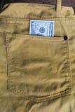 100 долларовых банкнот в карманн джинсов Стоковая Фотография RF