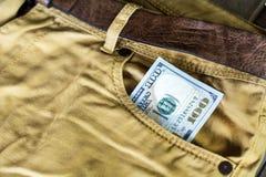100 долларовых банкнот в карманн джинсов Стоковое Изображение RF