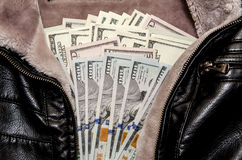 100 долларовых банкнот в карманн Стоковые Изображения